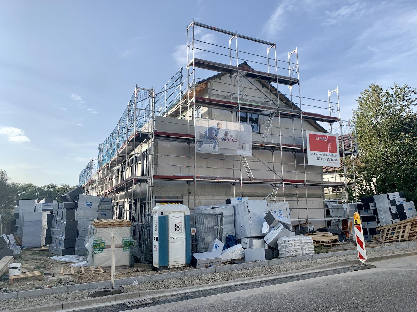 22.09.2021 - Die Fenster wurden eingebaut. Im Innenausbau sind die Rohinstallation für Heizung-, Sanitär- und Elektroanlagen fertiggestellt. Als nächstes wird der Estrich gegossen