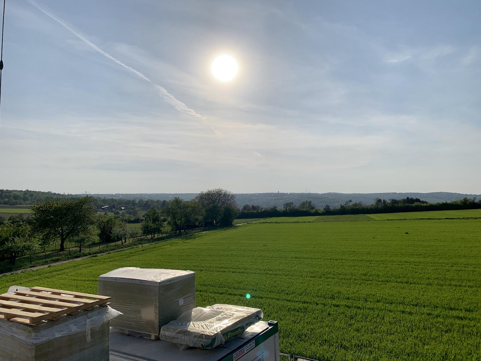 23.04.2020 - Die Gerüste wurden aufgestellt - mit Blick über die Felder.