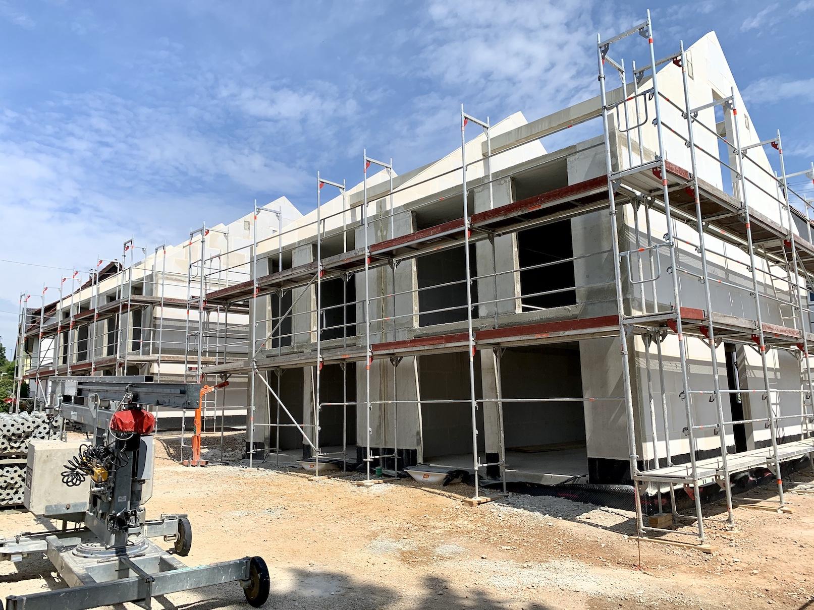 08.05.2020 - Die Rohbauarbeiten wurden abgeschlossen. Als nächstes werden die Dächer aufgeschlagen.