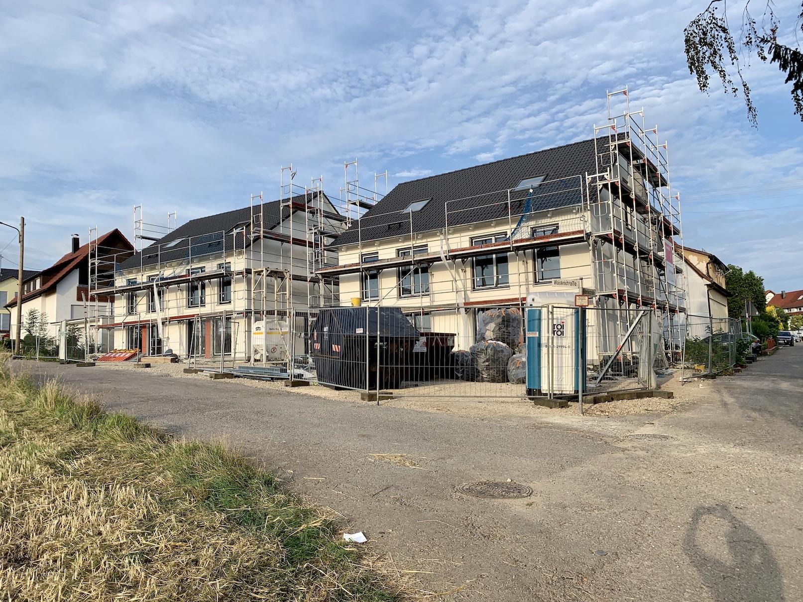 30.07.2020 - Die Fassade wurde fertiggestellt. Im Innenausbau sind die Elektroinstallationen fertiggestellt und die Trockenbauarbeiten fast fertiggestellt, als nächstes wird der Estrich gegossen.