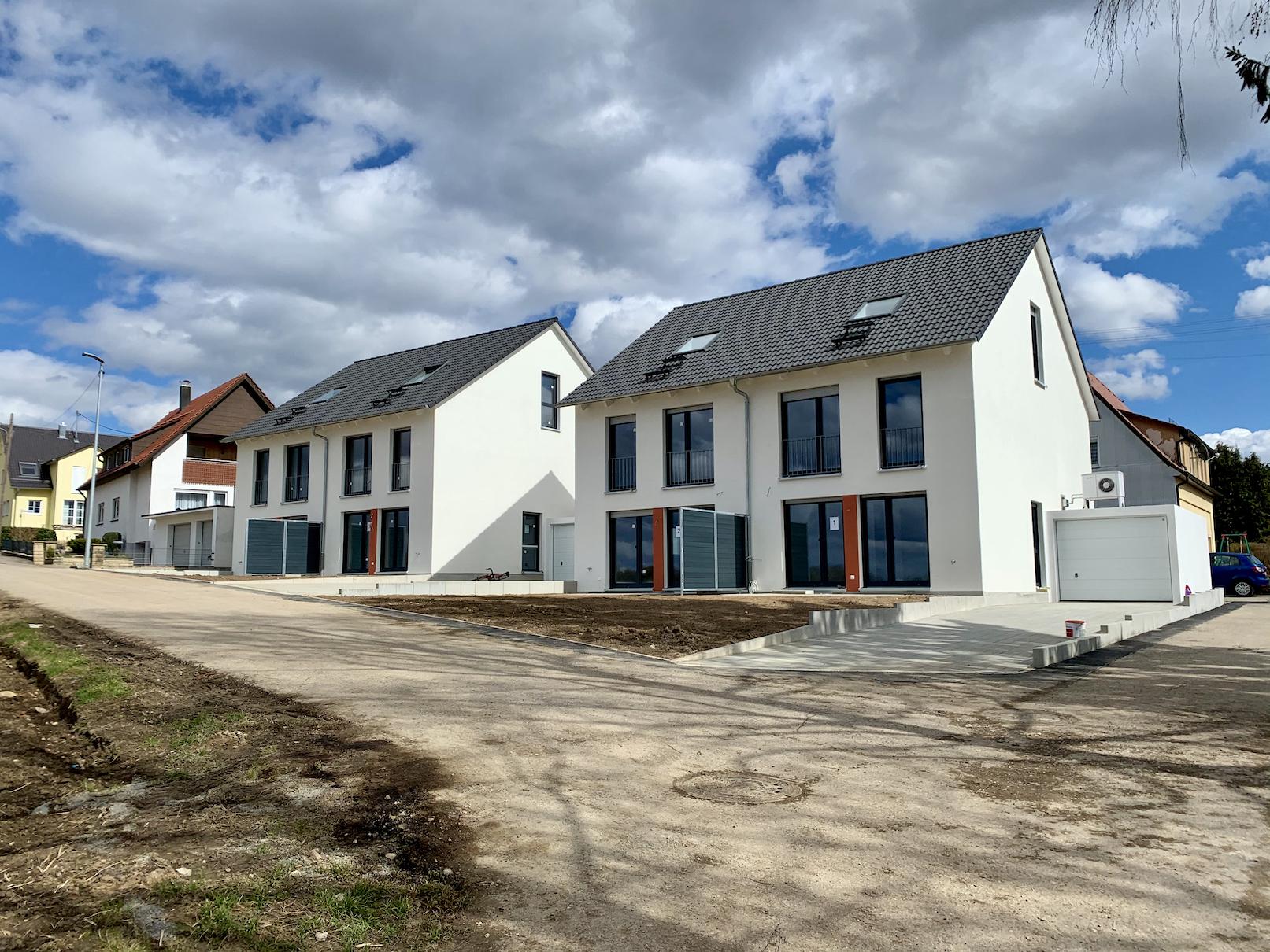 12.03.2021 - Die Außenanlagen sind fertiggestellt und der Innenausbau steht kurz vor der Fertigstellung.