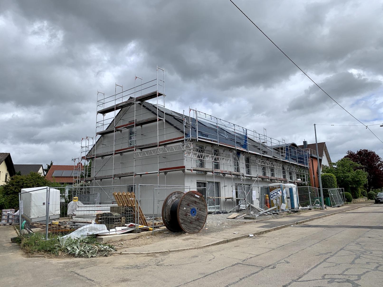 29.04.2020 - Der Vollwärmeschutz wurde angebracht und verputzt. Im Inneren werden die Rohinstallationen für Sanitär-, Heizung- und Strom eingebaut.