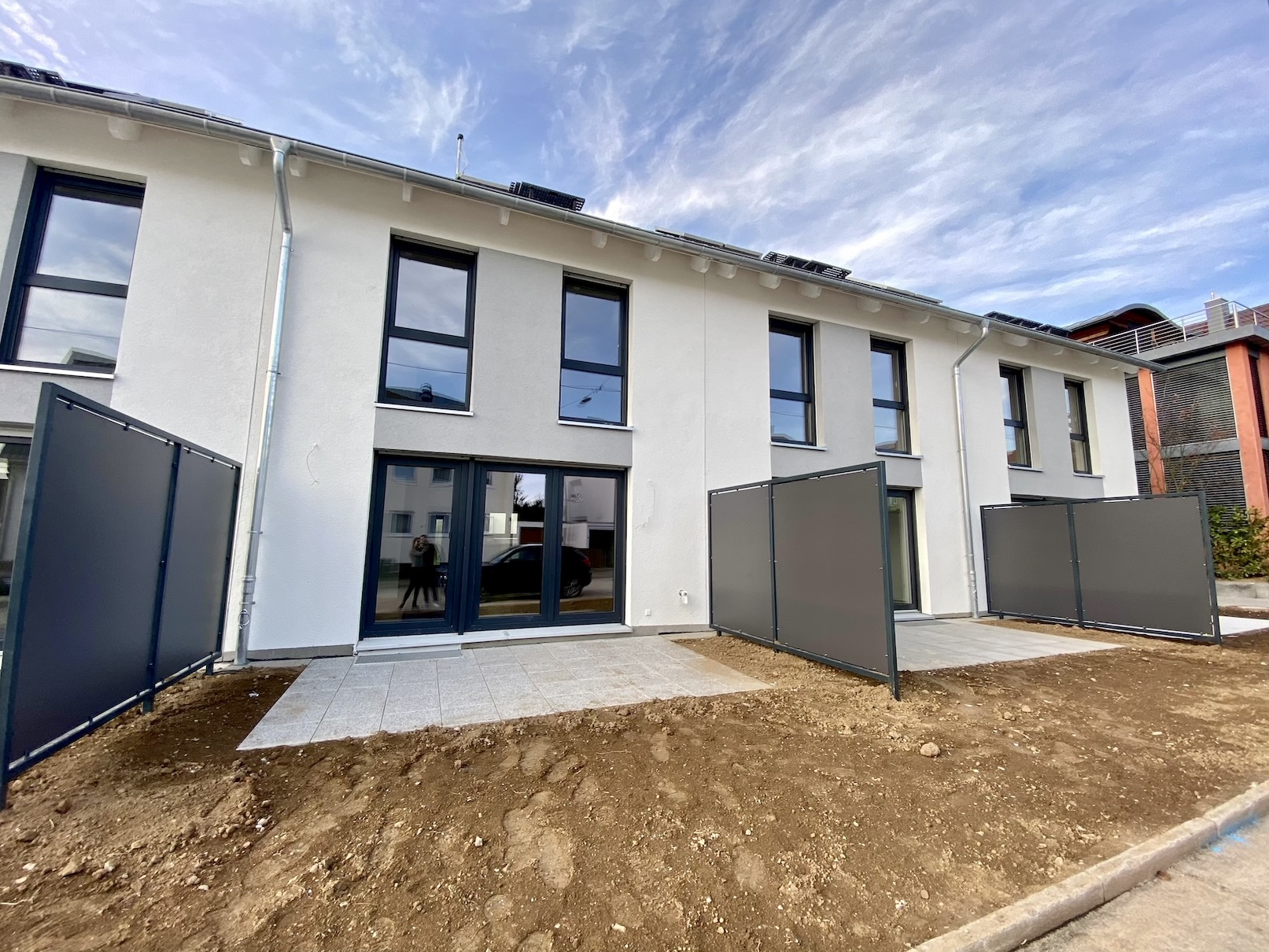 04.12.2020 - Der Innenausbau und die Außenanlagen sind fertiggestellt. Die Abnahmen sind erfolgt.